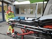 Ivan Planzer, stellvertretender Leiter des Rettungsdienstes, vor dem Kantonsspital Uri. (Bild: Urs Hanhart (Altdorf, 31. August 2017))