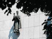 «Der gute Hirte» von Josef Rickenbacher durchbricht die nüchterne Strenge der Kirchenfassade. (Bild: Stefan Kaiser (Zug, 22. Juni 2017))