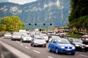 Wenn es auf der Autobahn A2 bei Hergiswil in Richtung Luzern staut, weichen viele durchs Dorf aus. (Bild: Roger Grütter)
