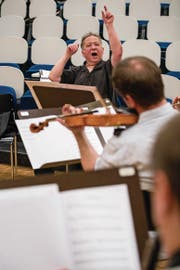 Dominik Wyss bei den Proben für die Uraufführung seiner Suite. (Bild: Philipp Schmidli (Stans, 7. April 2018))