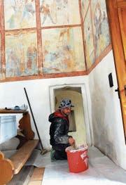 Balz Stöckli vom Kirchenmaleratelier Stöckli bei den Malerarbeiten in der Kernser Möslikapelle. (Bild: Adrian Venetz (6. April 2017))