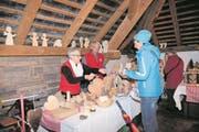 Franz Christen bastelt bezaubernde Figuren aus Holz. Frau Theres hilft ihm, wie hier auf dem Wirzweli, beim Verkaufen. (Bild: Richard Greuter)