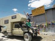 Die Reisenomaden Walter und Ruth Odermatt. Hier auf einem der höchsten befahrbaren Pässe der Welt, dem 5602 Meter hohen Khardung La in Nordindien. (Bild: PD)