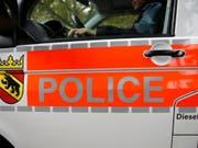 In Brügg bei Biel soll ein Mann eine ihm bekannte Frau mit Messerstichen schwer verletzt haben. Er meldete sich nach der Tat selbst bei der Polizei. (Symbolbild) (Bild: Keystone/PETER KLAUNZER)