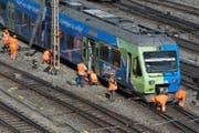 Erinnert an die Szene vor einer Woche am Bahnhof Luzern: Die entgleiste Zugskomposition auf der Geleiseanlage des Bahnhofs Bern. (Bild: Keystone/Lukas Lehmann)