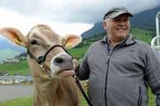 Das Rind Piora und sein Züchter Josef Odermatt aus Oberdorf. (Bild: Robert Hess / Neue NZ)