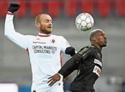 Erlebte eine turbulente Zeit: Sions Marco Schneuwly (links, im Duell mit GC-Spieler Souleyman Doumbia). (Bild: Freshfocus (Sion, 26. November 2017))