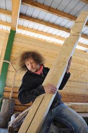 Luke Gasser im März in der Stanser Forsthütte beim Anfertigen des Wandkreuzes. (Bild: Neue NZ)