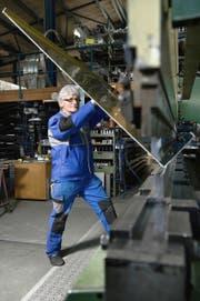 Alois Niederberger schiebt ein grosses Blech in die Abkantmaschine. (Bild Corinne Glanzmann)
