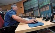 Ein Leitsystem soll die Polizisten in der Einsatzzentrale Flüelen unterstützen. (Bild: Urs Hanhart (19. Juni 2012))