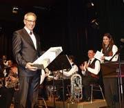 Als Geschenk erhielt der scheidende Dirigent Emil Wallimann ein Bild, rechts Präsidentin Michèle Ricciardi. (Bild: Kurt Liembd (31. März 2017))