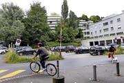 Der Parkplatz bei der UBS in Zug soll umgenutzt werden. (Bild: Werner Schelbert / Neue ZZ)