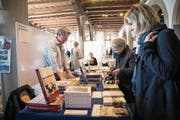 Stöbern, entdecken, anfassen, schmökern – gestern am Buchmarkt in der Kornschütte Luzern. (Bild: Manuela Jans-Koch (24. März 2018))