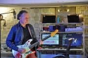 Ajay Mathur in seiner Studio-Lounge in Stans. (Bild: Philipp Unterschütz (Stans, 14. Februar 2018))