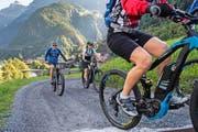 Mit dem Bike bei Amsteg stotzig bergauf: Um die Bevölkerung zu mehr Bewegung zu motivieren, sollen im Kanton Uri mehrere Ladestationen für E-Bikes aufgestellt werden. (Bild: Boris Bürgisser)