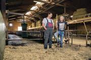 Der Kuhstall leert sich. Beat Schaller (links) und Philipp Kaufmann wollen ihre Betriebsgemeinschaft auf Schweinemast umstellen. (Bild: Philipp Schmidli (Buchs, 2. August 2017))