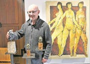 Philippe von Wyl präsentiert von ihm bearbeitete Figuren, derweil im Hintergrund die «Tre Grazie» seines verstorbenen Vaters Ernst von Wyl zu sehen sind. (Bild: Romano Cuonz (Stansstad, 24. März 2018))