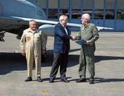 Dieter Häusermann (Mitte) vom Team Mirage J-2313 übergibt dem Vereinspräsidenten Ferdinand Meyer die Dokumente der Mirage IIIS. Links Peter Setz, ehemaliger Mirage-Hallenchef. (Bild: Franz Wegmann/PD)