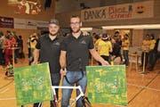 Dominik Planzer (rechts) und Teamkollege Roman Schneider feierten gestern gemeinsam. (Bild: Paul Gwerder (Altdorf, 3. Dezember 2017))