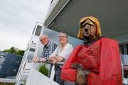Steht bei Daniel und Gertrud Pfaffhauser immer auf dem Balkon: eine der drei Holzskulpturen des Künstlers Richi Merk. (Bild Stefan Kaiser)