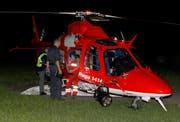 Mitarbeiter der Rega und der Kantonspolizei besprechen um Mitternacht den nächsten Suchflug. (Bild: Geri Holdener)