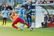 Fussball im Stadion Hert in Zug. Zugs Davide Palatucci gegen Jessy Nimi vom SC Cham. (Bild: Pius Amrein)