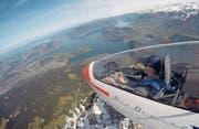 Der 18-jährige Sarner Jan Keiser ist der jüngste Pilot der Segelfluggruppe Obwalden. Auf dem Bild fliegt er in einem Doppelsitzer über den Pilatus. (Bild: Guido Müller/PD)