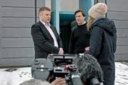 Auf dem Bild zu sehen ist Ignaz Walker (links) mit seinem Anwalt Linus Jaeggi, welche den Medien Auskunft geben. (Archivbild/Pius Amrein)