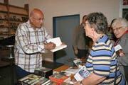 Taysir Abu Saada signiert nach dem Vortrag sein Buch. (Bild Marion Wannemacher)