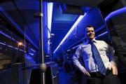 Der Buschauffeur Sabedin Bajrami fährt einen der insgesamt fünf neuen Busse der Zugerland Verkehrsbetriebe. Je nach Sichtverhältnissen kann er das Blaulicht einschalten. (Bild Werner Schelbert)