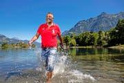 Urs Althaus planscht in einer Pause in Flüelen beim Reussdelta im Vierwaldstättersee. (Bild Philipp Schmidli)