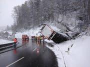 Der Laster kam auf der Talfahrt ins Rutschen. (Bild: Geri Holdener, Bote der Urschweiz)
