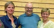 Von links: Ruth Indergand, neue stellvertretende Sakristanin, Thomas Furger, Kirchenratspräsident, und Vreni Arnold, abtretende stellvertretende Sakristanin. (Bild: PD (Erstfeld, 14. Juni 2017))