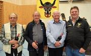 Präsident Adi Zurfluh (rechts) mit drei der sieben neuen Freimitglieder; von links: Paul Bissig, Hans Wipfli und Walter Wipfli.