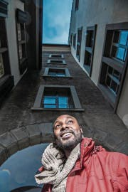 Auf Heimatbesuch: der momentan in Brüssel wohnhafte Theater- und Filmschauspieler Clovis Kasanda in der Luzerner Altstadt. (Bild: Nadia Schärli (27. Dezember 2017))
