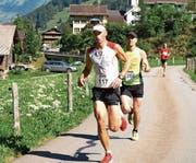 Noch läuft der spätere Sieger, Remo Betschart aus Bürglen, hinter dem letztlich zweitplatzierten Adrian Brennwald aus Aeugst am Albis. (Bild: Kurt Liembd (Oberrickenbach, 18. Juni 2017))