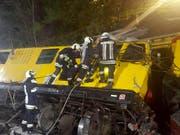 Rettungskräfte beim verunglückten Bauzug. (Bild: KEYSTONE/APA/FREIWILLIGE FEUERWEHR BRIXEN/UNBEKANNT)