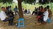 Der Gemeinderat von Chikupi tagt im «Sitzungszimmer». (Bild: Anna Schäli-Renggli/PD)