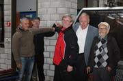 Die langjährigen Mitarbeiter Hans Gabriel, Josef Matter, Peter Käslin, und Verwaltungsratspräsident Hans Hess drücken unter Aufsicht von Josef Amstutz den Halteknopf. (Bild PD)
