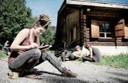 Olivia Abächerli in der Artist Residency in der Forsthütte Weidli in der Schwendi, wo sie für eine Woche mit mehreren anderen Künstlern arbeitete. (Bild: Corinne Glanzmann (Stalden, 25. August 2015))