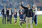 Ende gut, alles gut: Markus Babbel, Trainer der besten Super League-Mannschaft des letzten Saisonviertels, winkt am Freitag nach dem 3:0 gegen Sion den FCL-Fans zu. (Bild: Pius Amrein / Neue LZ)