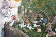 Mit Hingabe arrangiert die 85-jährige Alice Villiger ihre Krippenlandschaft. (Bild: Cornelia Bisch (Sins, 5. Dezember 2017))