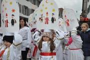 Die Kleinen zeigten stolz ihre Iffelen. (Bild: Edith Meyer / Bote der Urschweiz)