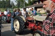 Fans alter Landmaschinentechnik beim Fachsimpeln in Kerns. Im Fokus steht dabei ein Ford Golden Jubilee aus dem Jahr 1953. (Bild: Nadia Schärli / Neue LZ)