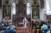 Zum Abschluss der Karfreitagswanderung lädt Pfarrer Daniel Guillet die Teilnehmer zu einer besinnlichen Feier in der Marienkapelle ein. (Bild: Christoph Näpflin (Seelisberg, 18. April 2014))