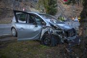Die beschädigte Front des Fahrzeugs. (Bild: Geri Holdener, Bote der Urschweiz)