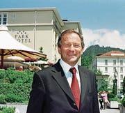 1996 kauft der Nidwaldner Bauunternehmer Max Ammann (Bild) den Bürgenstock mit zwei Partnern. In seiner Zeit öffnen die Hotels nach 128 Jahren erstmals auch im Winter ihre Türen. Vier Jahre später (2000) kauft die französische Richemont-Gruppe (später Rosebud Holding) die Bürgenstock-Hotels und fünf weitere Nobelherbergen in der Schweiz. 2005 spricht ihr Chef Victor Armleder von Investitionen von 140 Millionen Franken, um den «Bürgenstock von 2020» zu bauen. (Bild: Beat Christen)