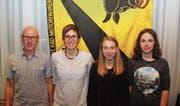 Von links: Ehrenmitglied Sepp Indergand, seine Tochter Linda Indergand, Delia Da Mocogno und Lorena Leu. (Bild: Paul Gwerder (Erstfeld, 11. 11. 17))