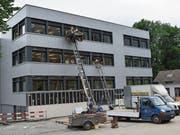 Mit Liften wurde das Schulmobiliar ins renovierte Schulhaus gehievt. (Bild: Georg Epp (Flüelen, 24. Juni 2017))