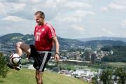 Den Ball flach halten? FCL-Trainer Markus Babbel jongliert auf dem Sonnenberg in Richtung Himmelrich, hinter ihm der Ausblick auf die Swissporarena. (Bild: Corinne Glanzmann (Neue LZ))